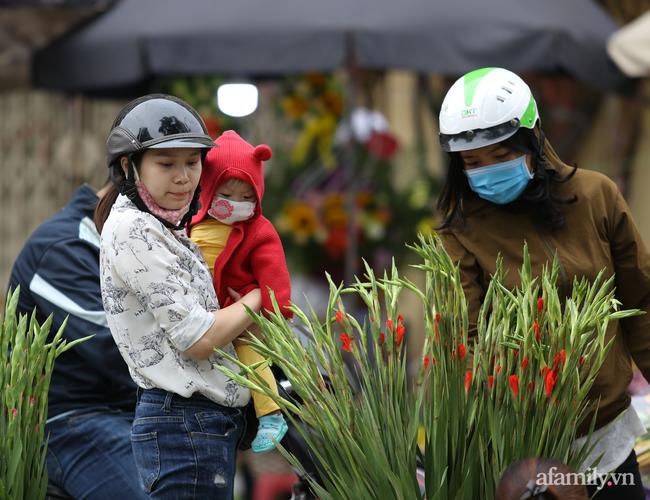 Hà Nội: Dưới tiết trời 20 độ, người dân co ro mặc áo ấm ra đường - Ảnh 10.