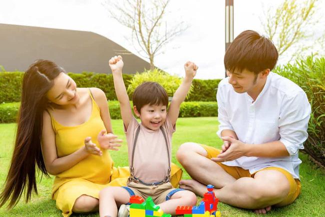 Khi cả nhà ra ngoài chơi, việc ai bế em bé sẽ cho thấy chỉ số hạnh phúc của gia đình, cùng soi xem vợ chồng bạn đạt 5 sao không nhé! - Ảnh 2.