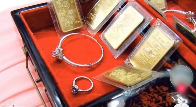 """Màn nạp tài khủng 1 tỷ 800 triệu đồng tiền mặt của chú rể miền Tây, nhà cô dâu cũng """"đáp lễ"""" bằng số lượng vàng và kim cương chẳng kém cạnh - Ảnh 3."""