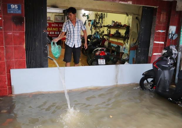 Hết dầm mưa liên tiếp, dân Sài Gòn lại khốn khổ vì triều cường đạt đỉnh, bì bõm dắt xe qua đường ngập - Ảnh 7.