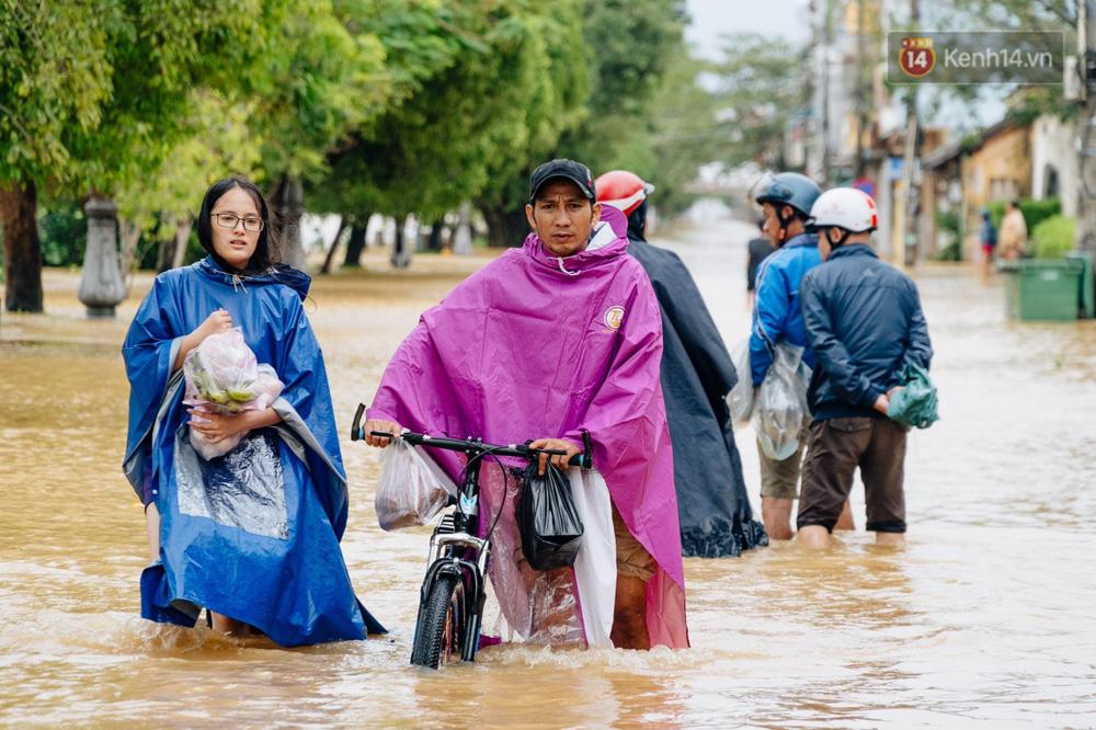 """Mất điện, nước lũ gây ngập nặng, người dân Huế kiệt sức: """"Chưa có năm nào khắc nghiệt như năm nay"""" - Ảnh 10."""