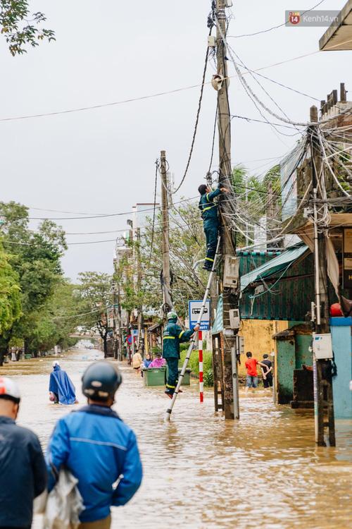 """Mất điện, nước lũ gây ngập nặng, người dân Huế kiệt sức: """"Chưa có năm nào khắc nghiệt như năm nay"""" - Ảnh 17."""