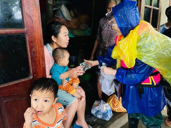 Mẹ Hồ Ngọc Hà 63 tuổi vẫn ngồi xuồng, lội nước đi cứu trợ từng nhà ở vùng ngập sâu Quảng Trị - Ảnh 6.