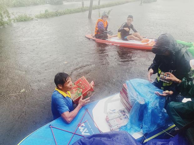 Biệt đội cano 0 đồng và những câu chuyện xúc động trên đường cứu trợ: Cả Quảng Bình trắng đêm giữa mưa lạnh, ước gì có thêm 100 chiếc cano - Ảnh 5.