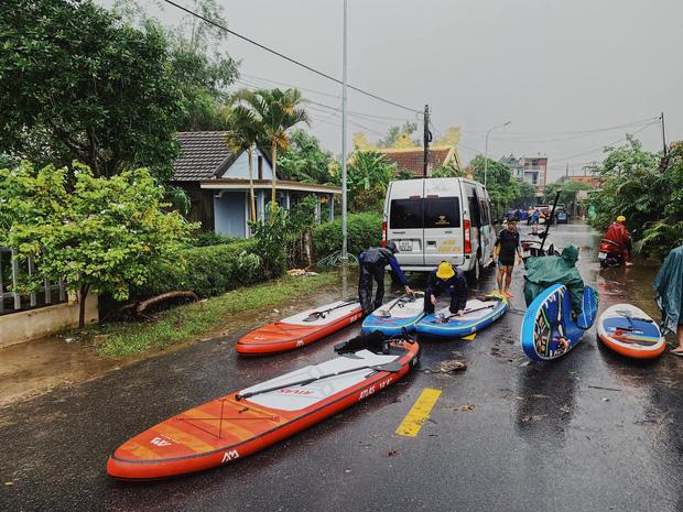 Biệt đội cano 0 đồng và những câu chuyện xúc động trên đường cứu trợ: Cả Quảng Bình trắng đêm giữa mưa lạnh, ước gì có thêm 100 chiếc cano - Ảnh 4.