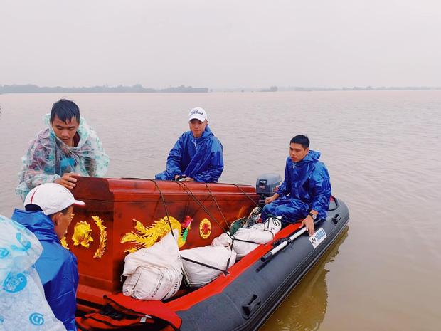 Biệt đội cano 0 đồng và những câu chuyện xúc động trên đường cứu trợ: Cả Quảng Bình trắng đêm giữa mưa lạnh, ước gì có thêm 100 chiếc cano - Ảnh 6.