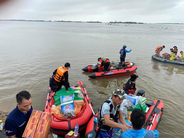 Biệt đội cano 0 đồng và những câu chuyện xúc động trên đường cứu trợ: Cả Quảng Bình trắng đêm giữa mưa lạnh, ước gì có thêm 100 chiếc cano - Ảnh 2.