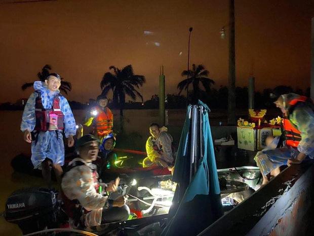 Biệt đội cano 0 đồng và những câu chuyện xúc động trên đường cứu trợ: Cả Quảng Bình trắng đêm giữa mưa lạnh, ước gì có thêm 100 chiếc cano - Ảnh 8.
