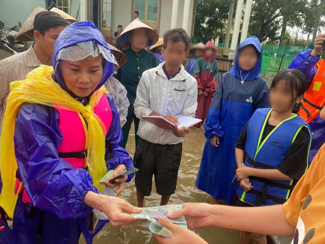 Mẹ Hồ Ngọc Hà 63 tuổi vẫn ngồi xuồng, lội nước đi cứu trợ từng nhà ở vùng ngập sâu Quảng Trị - Ảnh 5.