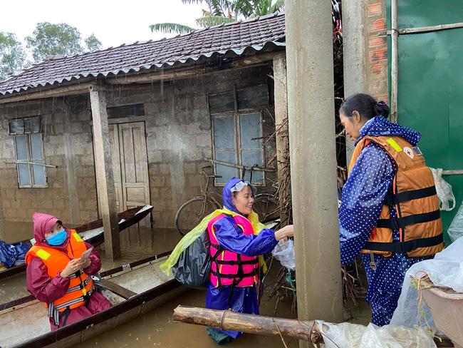 Mẹ Hồ Ngọc Hà 63 tuổi vẫn ngồi xuồng, lội nước đi cứu trợ từng nhà ở vùng ngập sâu Quảng Trị - Ảnh 3.