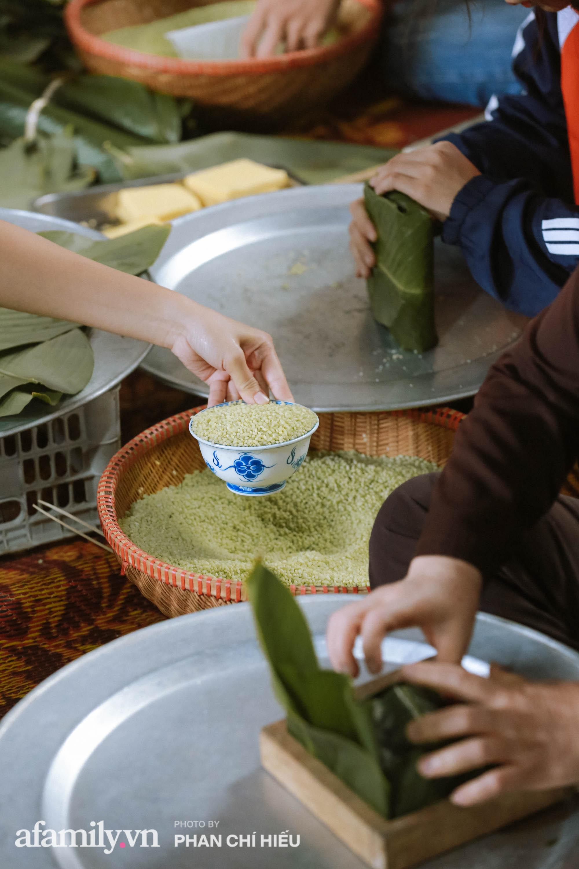 Ngay lúc này: Hàng trăm người tại Hà Nội đang tập hợp nhau nấu cho kịp 2.000 chiếc bánh chưng mỗi ngày để gửi nhanh đến đồng bào miền Trung ruột thịt! - Ảnh 5.