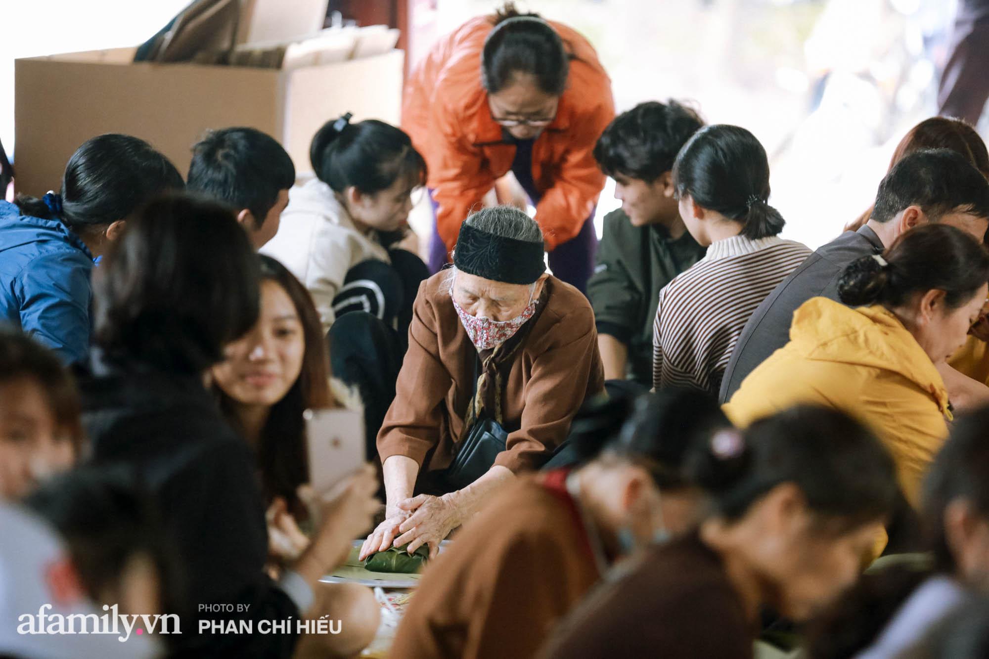 Ngôi chùa ngày đêm sáng đèn làm 7.000 chiếc bánh chưng ủng hộ những người dân vùng rốn lũ miền Trung  - Ảnh 8.