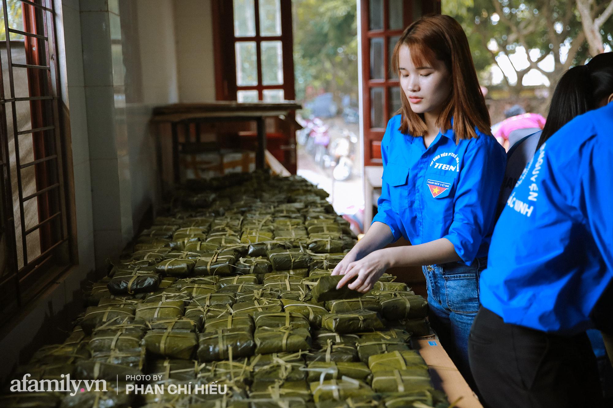 Ngôi chùa ngày đêm sáng đèn làm 7.000 chiếc bánh chưng ủng hộ những người dân vùng rốn lũ miền Trung  - Ảnh 12.