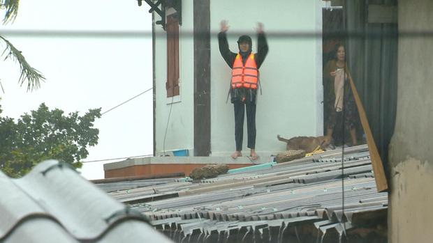 Người đàn ông kéo thuyền đi nhận hàng cứu trợ cho gia đình 7 người và những hình ảnh xót xa không thể nào quên nơi rốn lũ Quảng Bình - Ảnh 2.