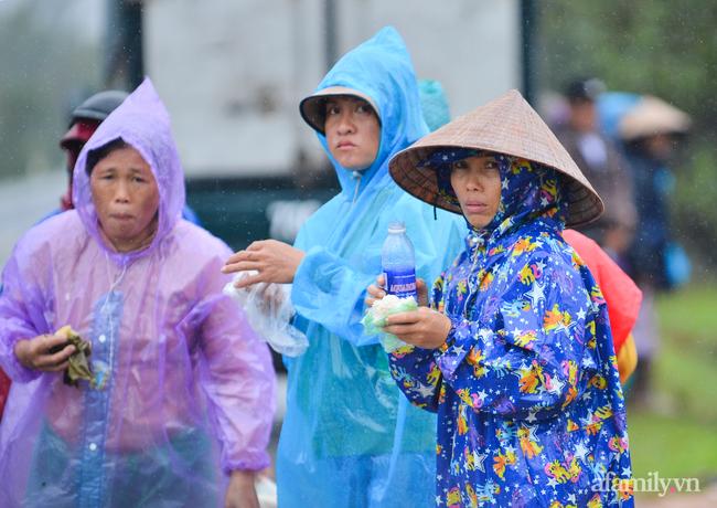 Quảng Bình: Nhà ngập sâu trong trận lũ lịch sử, người lớn, trẻ nhỏ đội mưa vượt hơn 1km băng đồi cát ra quốc lộ xin cứu trợ - Ảnh 7.