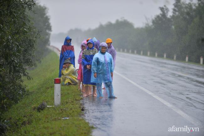 Quảng Bình: Nhà ngập sâu trong trận lũ lịch sử, người lớn, trẻ nhỏ đội mưa vượt hơn 1km băng đồi cát ra quốc lộ xin cứu trợ - Ảnh 1.