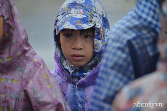 Quảng Bình: Nước ngập nhà cửa, người dân đội mưa vượt đồi cát hơn 1km ra đường quốc lộ xin đồ cứu trợ - Ảnh 10.