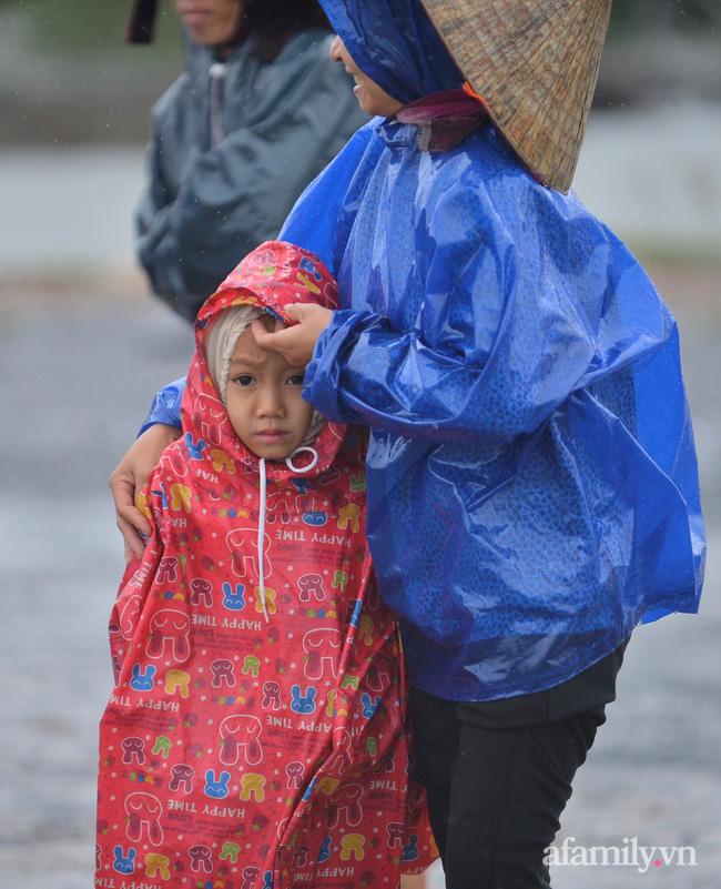Quảng Bình: Nhà ngập sâu trong trận lũ lịch sử, người lớn, trẻ nhỏ đội mưa vượt hơn 1km băng đồi cát ra quốc lộ xin cứu trợ - Ảnh 10.