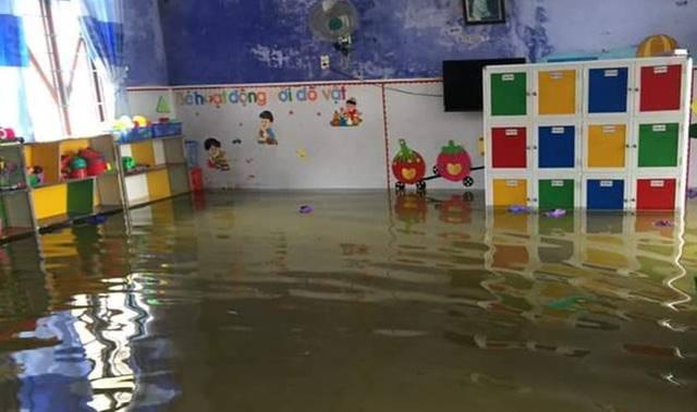 Các trường học ở miền Trung ngập trong biển nước, sách vở và thiết bị tan hoang trong đống bùn, ai nhìn cũng quặn thắt tim xót xa  - Ảnh 7.