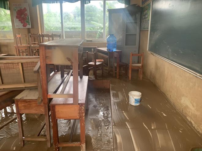 [Ảnh] Nước lũ rút, các trường học vùng lũ Quảng Bình đối đầu với cuộc chiến mới - Ảnh 10.