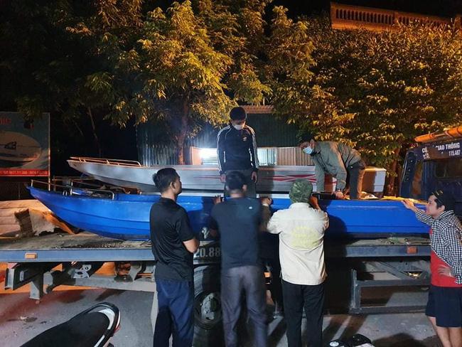 Cảm động hơn 50 chiếc cano và xuồng đã vào đến vùng lũ chuyển lương thực cho dân - Ảnh 12.
