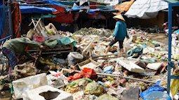 Sau lũ, tiểu thương chợ Hà Tĩnh mếu máo bới hàng hóa trong lớp bùn đất dày đặc