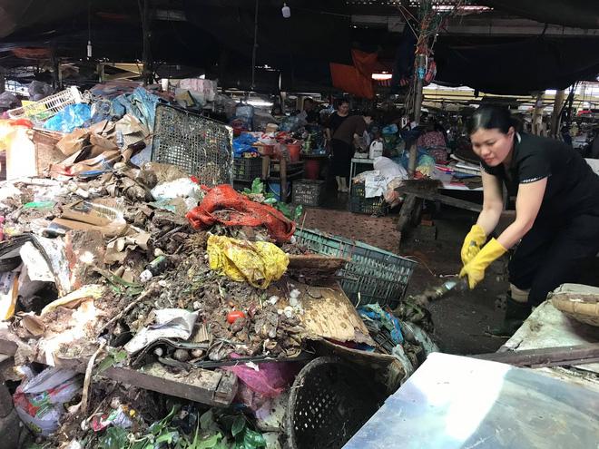 Sau lũ, tiểu thương chợ Hà Tĩnh mếu máo bới hàng hóa trong lớp bùn đất dày đặc - Ảnh 4.