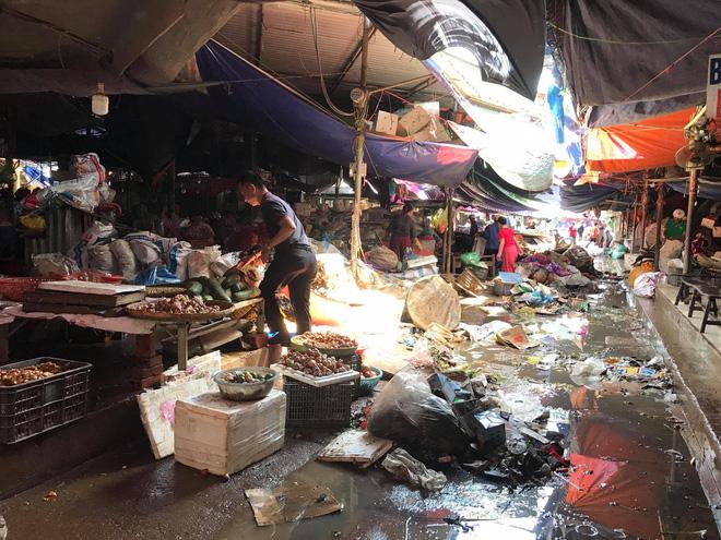 Sau lũ, tiểu thương chợ Hà Tĩnh mếu máo bới hàng hóa trong lớp bùn đất dày đặc - Ảnh 12.