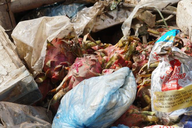 Sau lũ, tiểu thương chợ Hà Tĩnh mếu máo bới hàng hóa trong lớp bùn đất dày đặc - Ảnh 7.