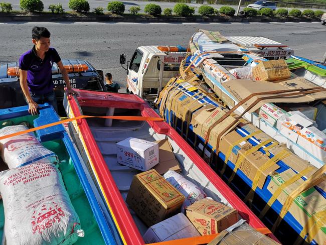 Cảm động hơn 50 chiếc cano và xuồng đã vào đến vùng lũ chuyển lương thực cho dân - Ảnh 5.