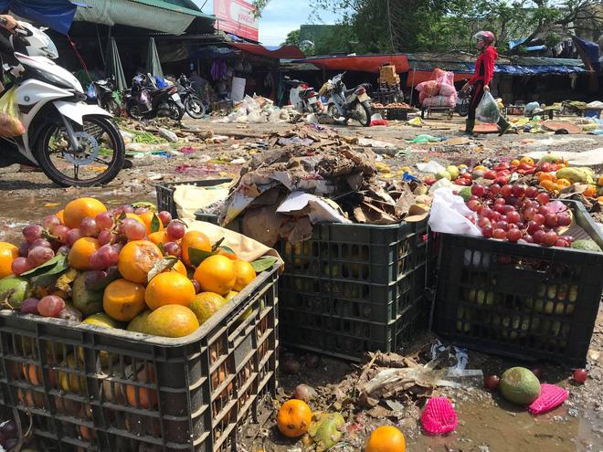 Sau lũ, tiểu thương chợ Hà Tĩnh mếu máo bới hàng hóa trong lớp bùn đất dày đặc - Ảnh 6.