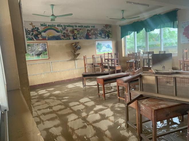 [Ảnh] Nước lũ rút, các trường học vùng lũ Quảng Bình đối đầu với cuộc chiến mới - Ảnh 9.