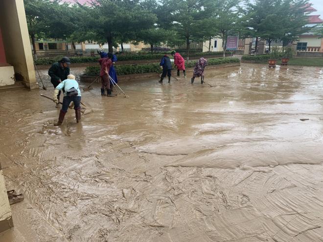 [Ảnh] Nước lũ rút, các trường học vùng lũ Quảng Bình đối đầu với cuộc chiến mới - Ảnh 7.