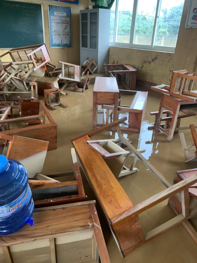 [Ảnh] Nước lũ rút, các trường học vùng lũ Quảng Bình đối đầu với cuộc chiến mới - Ảnh 8.