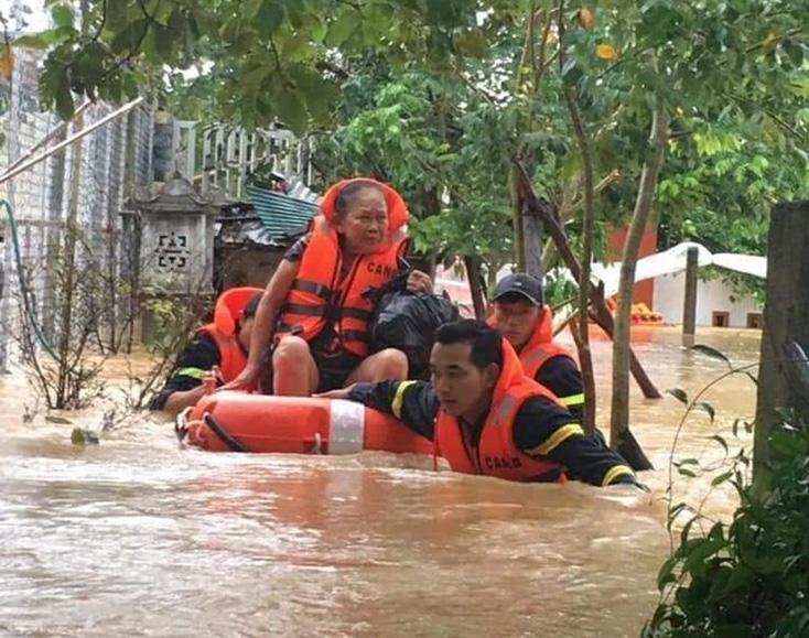 Các lực lượng chức năng, chính quyền địa phương và người dân đang nỗ lực tập trung huy động tối đa mọi nguần lực phục vụ cho công tác cứu nạn, cứu hộ