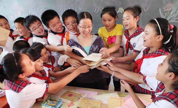 Không tặng quà cho cô giáo, bà mẹ nhận ngay tin nhắn kém duyên trong nhóm chat chung của cô và các phụ huynh - Ảnh 1.