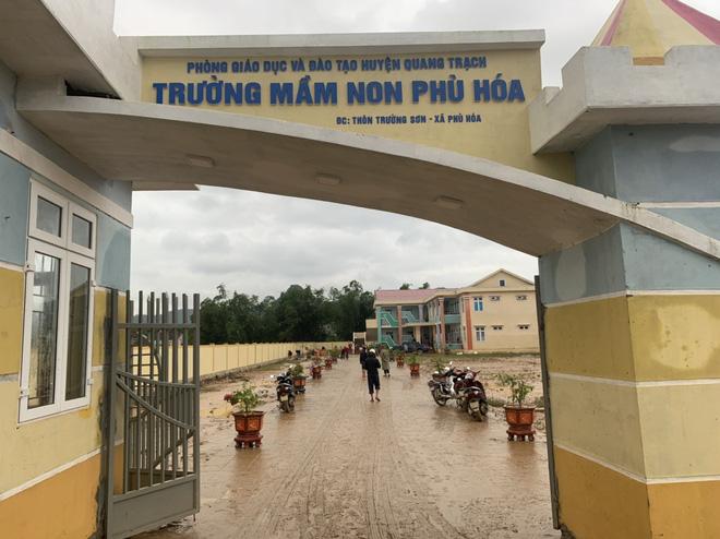 [Ảnh] Nước lũ rút, các trường học vùng lũ Quảng Bình đối đầu với cuộc chiến mới - Ảnh 1.