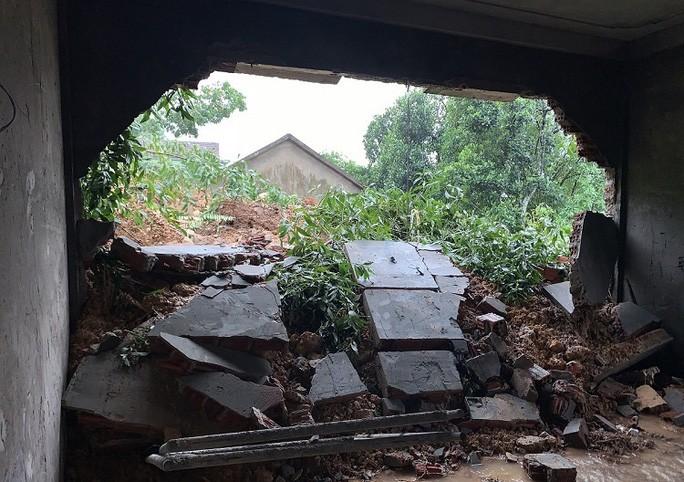 Núi Ba Cồn ở Quảng Bình sạt lở, hàng chục hộ dân bỏ chạy thoát thân trong đêm - Ảnh 2.