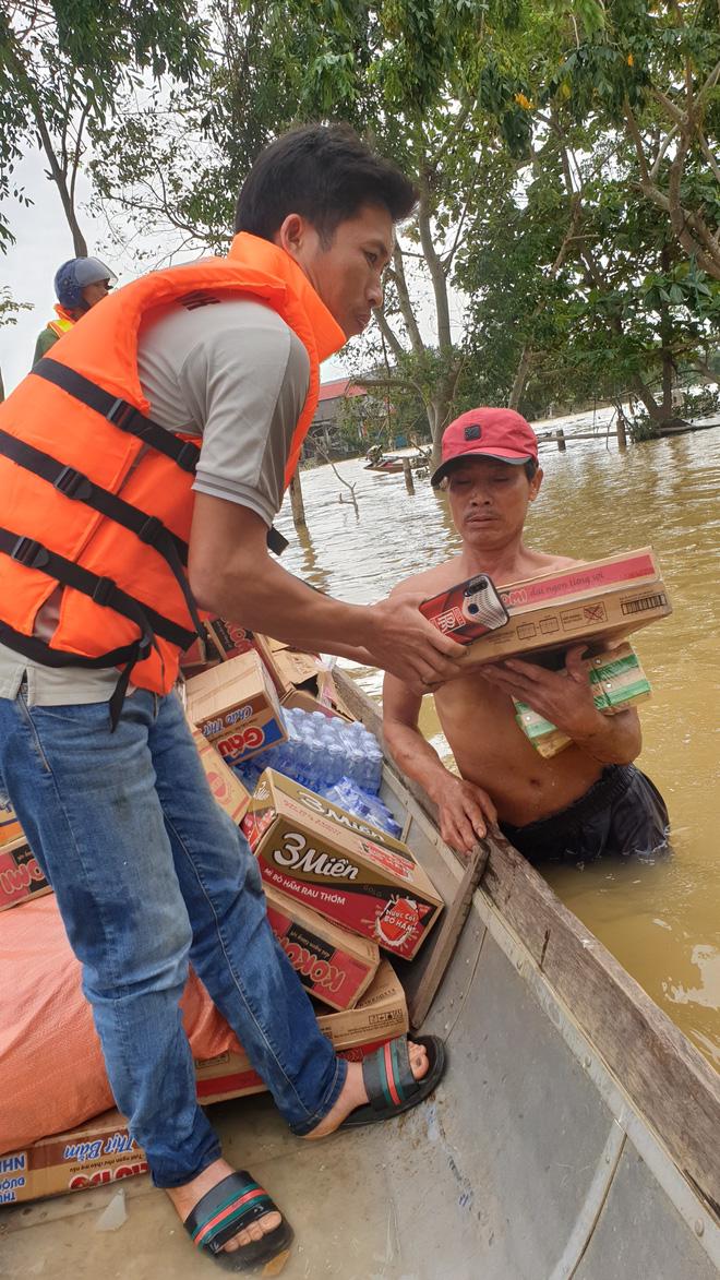 Nam thanh niên đi xuyên đêm vào Quảng Bình cứu trợ: Lần đầu tận mắt chứng kiến mới thấy lũ lụt kinh khủng quá! - Ảnh 5.