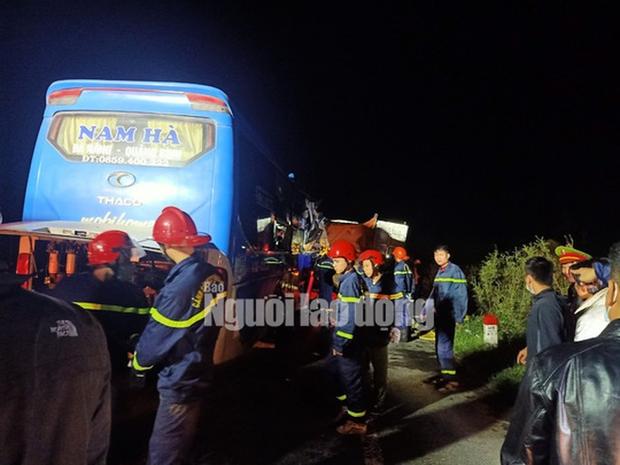 Xe khách tông vào đuôi xe tải, 15 người thương vong - Ảnh 1.