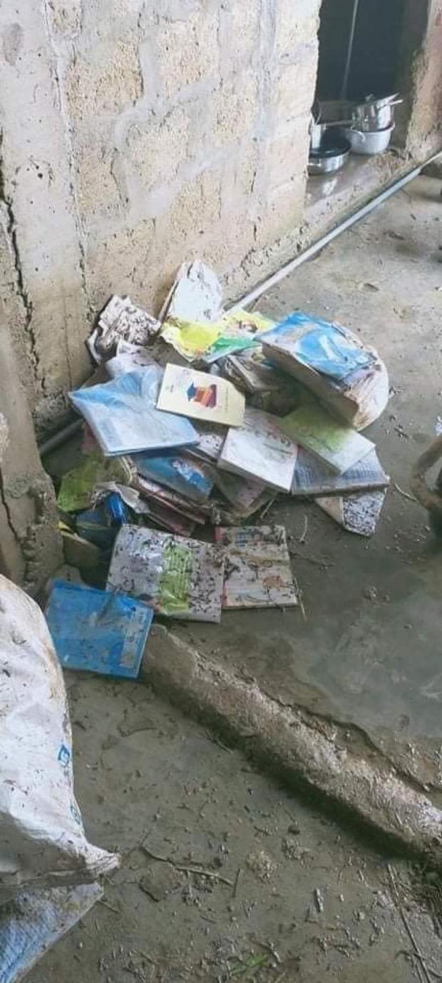 Khung cảnh trường học sau trận đại hồng thuỷ tại Quảng Trị: Cơ sở vật chất hư hỏng, sách vở, đồ dùng học tập ngập ngụa bùn đất - Ảnh 6.