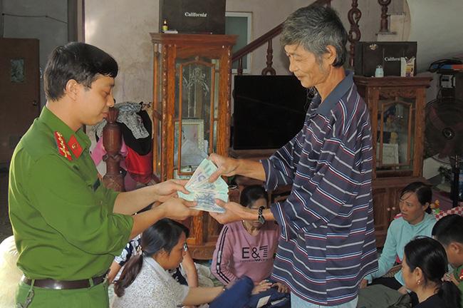 Trả lại số tiền gần 50 triệu của người dân để quên trong quần áo quyên góp đồng bào lũ lụt - Ảnh 1.