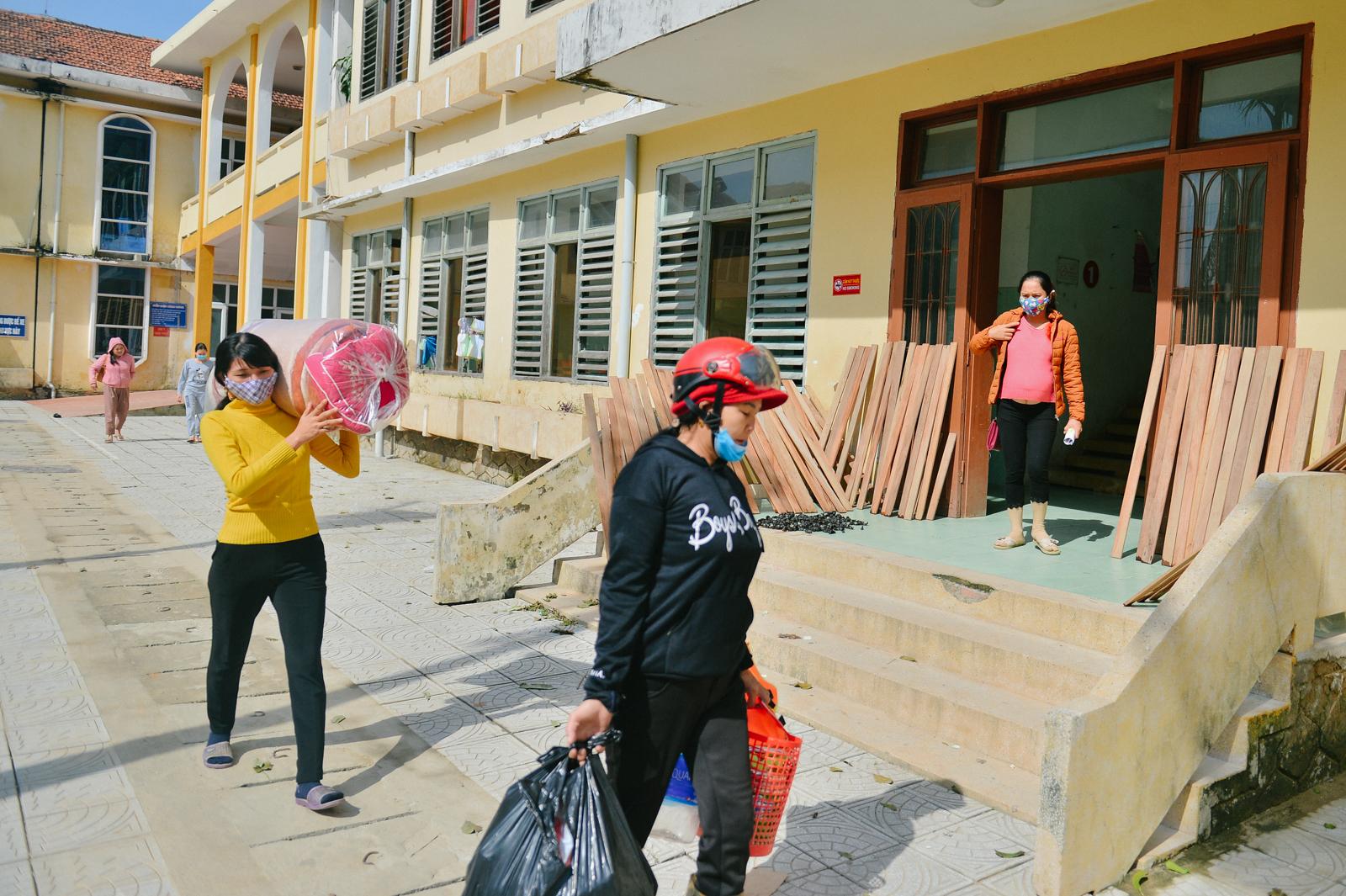 Bệnh viện tại Quảng Bình tan hoang sau cơn 'đại hồng thuỷ' nhưng câu chuyện về tình người còn đáng giá gấp bội - Ảnh 4.