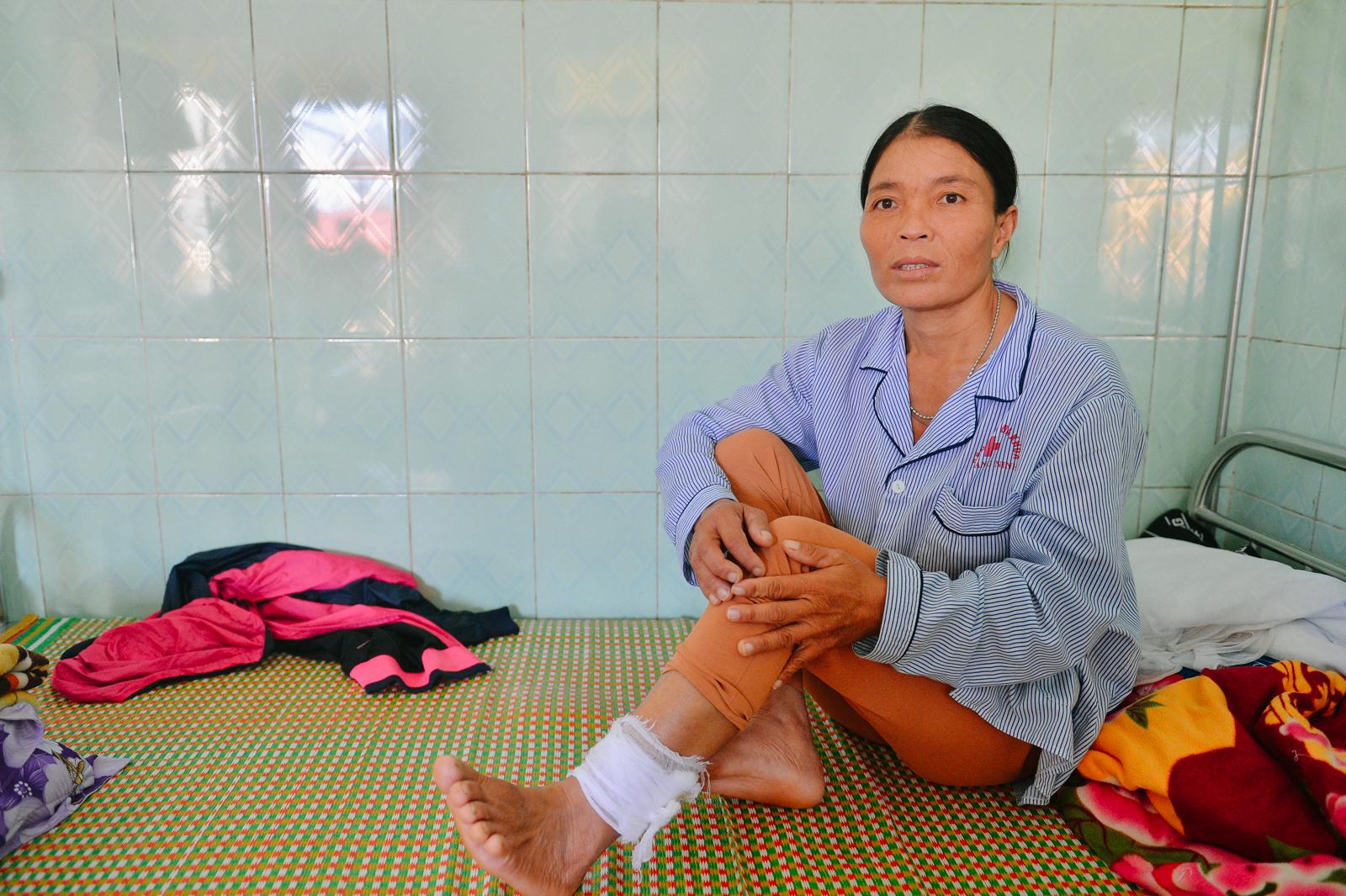 Bệnh viện tại Quảng Bình tan hoang sau cơn 'đại hồng thuỷ' nhưng câu chuyện về tình người còn đáng giá gấp bội - Ảnh 6.