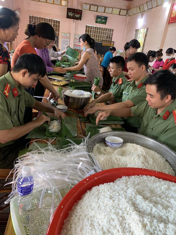 Công an Bình Phước chung tay cùng người dân gói 3.000 chiếc bánh tét tiếp sức đồng bào vùng lũ miền Trung - Ảnh 3.