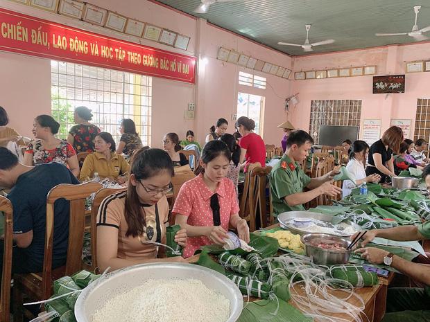 Công an Bình Phước chung tay cùng người dân gói 3.000 chiếc bánh tét tiếp sức đồng bào vùng lũ miền Trung - Ảnh 2.