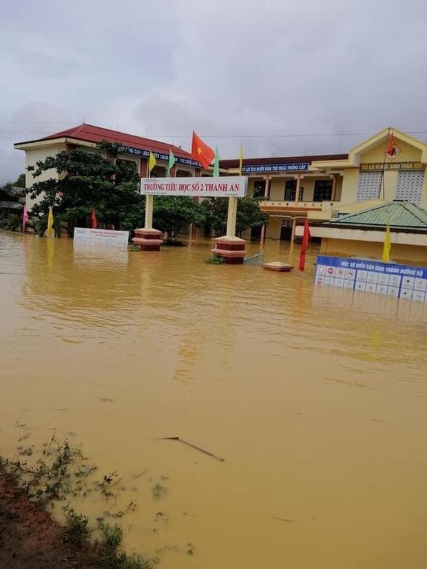 Khung cảnh trường học sau trận đại hồng thuỷ tại Quảng Trị: Cơ sở vật chất hư hỏng, sách vở, đồ dùng học tập ngập ngụa bùn đất - Ảnh 1.