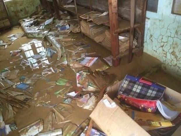 Khung cảnh trường học sau trận đại hồng thuỷ tại Quảng Trị: Cơ sở vật chất hư hỏng, sách vở, đồ dùng học tập ngập ngụa bùn đất - Ảnh 2.