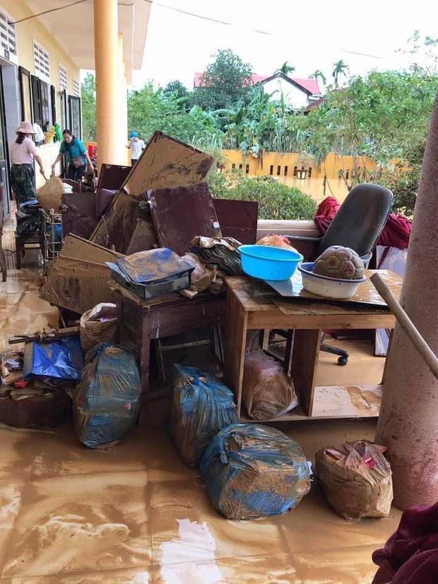 Khung cảnh trường học sau trận đại hồng thuỷ tại Quảng Trị: Cơ sở vật chất hư hỏng, sách vở, đồ dùng học tập ngập ngụa bùn đất - Ảnh 4.
