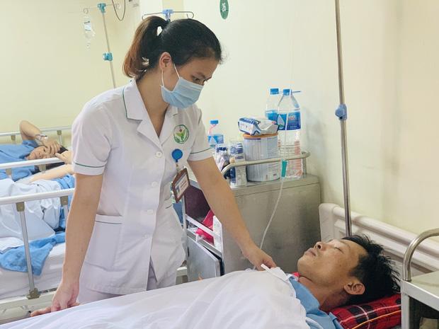 Gặp nạn trên đường cứu trợ lũ lụt miền Trung, tài xế bị chấn thương sọ não - Ảnh 2.